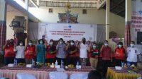"""KETUT Kariyasa Adnyana (lima dari kanan) foto bersama usai menyerahkan paket kebutuhan pokok di sela sosialisasi """"Pendataan Keluarga Dan Kelompok Sasaran Bangga Kencana bersama BKKBN"""" di Desa Penuktukan, Tejakula, Buleleng, Rabu (5/5/2021). Foto: ist"""