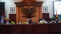 KETUA DPRD NTB, Hj. Baiq Isvie Rupaedah; didampingi Ketua DPRD Hj. Baiq Isvie Rupaedah, MH.; dan Wakil Ketua H. Abdul Hadi, saat memimpin jalannya sidang paripurna DPRD NTB, Senin (3/5/2021). Foto: ist