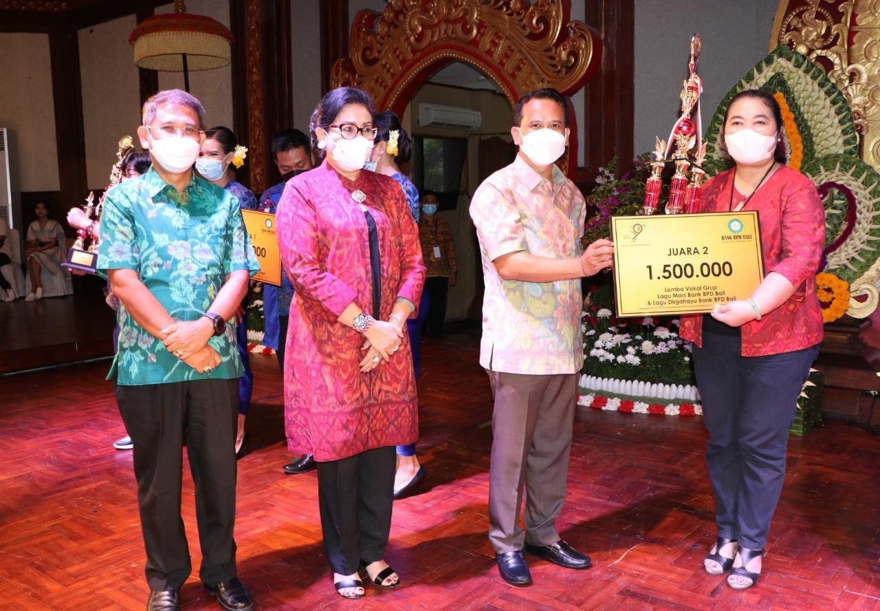 PUTRI Suastini Koster; didampingi Dirut Bank BPD Bali I Nyoman Sudharma; bersama Komisaris Utama Ida Bagus Putu Anom Redhi, saat menyerahkan hadiah lomba paduan suara. Foto: ist