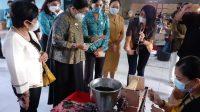 KETUA TP PKK Provinsi Bali, Putri Suastini Koster, meninjau pelatihan pembuatan dupa di PT Sasjam Riri (Kaori Group), Jl. Raya Mas Ubud, Gianyar, Rabu (5/5/2021). Foto: adi