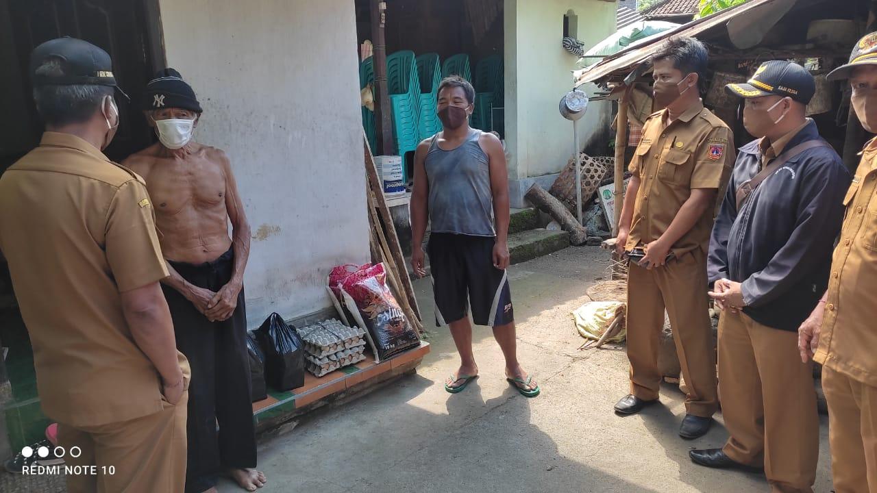PENYERAHAN bantuan sembako kepada warga yang menjalani isolasi akibat Covid-19 di Desa Tegalinggah, Karangasem, Senin (3/5/2021). Foto: ist
