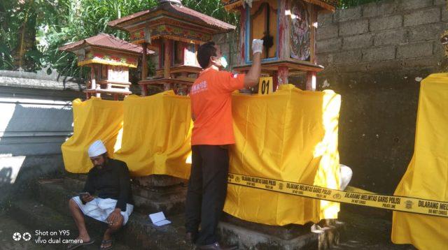 POLISI melakukan olah TKP di Pura Dadia Pasek Kayu Selem, Banjar Penarukan. Foto: ist