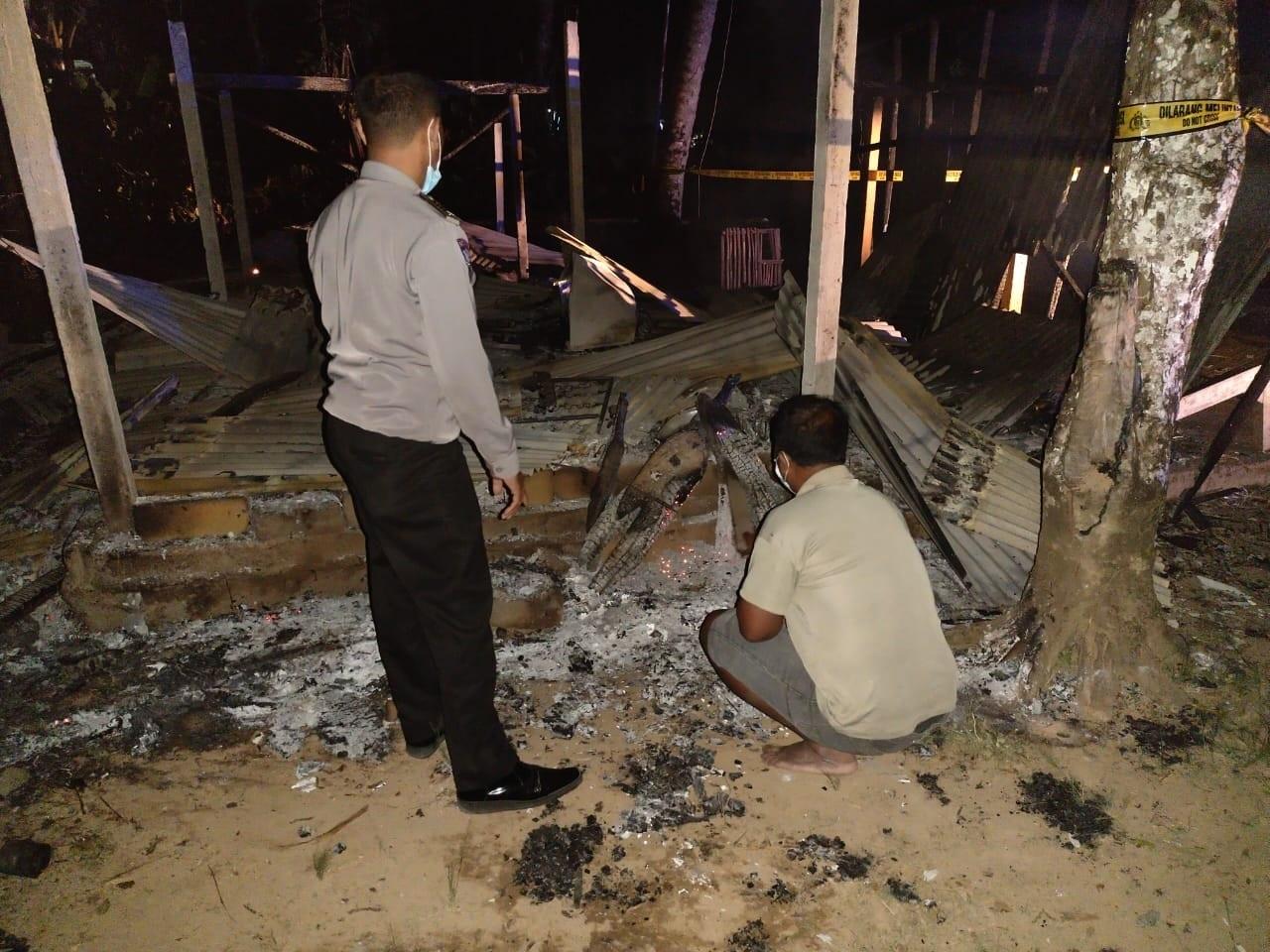 POLISI memeriksa lokasi kebakaran warung milik warga Tempek Pantunan Banjar Bangkiangsidem, Desa Bangbang, Kecamatan Tembuku, Bangli. Foto: ist