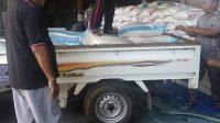 ANGGOTA DPRD NTB Dapil Lombok Timur Selatan, Najamuddin Mustafa, menyiapkan bantuan paket sembako Lebaran sebanyak 35 ribu paket untuk warga miskin di wilayahnya, Selasa (4/5/2021). Foto: rul