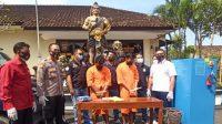 TERSANGKA pencuri kompresor usai diminta keterangan di Polsek Ubud. Foto: adi