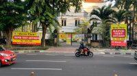 PENGENDARA melewati tempat tes antigen swasta di kawasan Renon, Denpasar. Adanya kasus pemakaian alat antigen bekas dan alat yang ilegal di luar Bali, membuat DPRD Bali mengingatkan aparat terkait di Bali mengawasi legalitas tempat tes antigen yang ada. Foto: hen