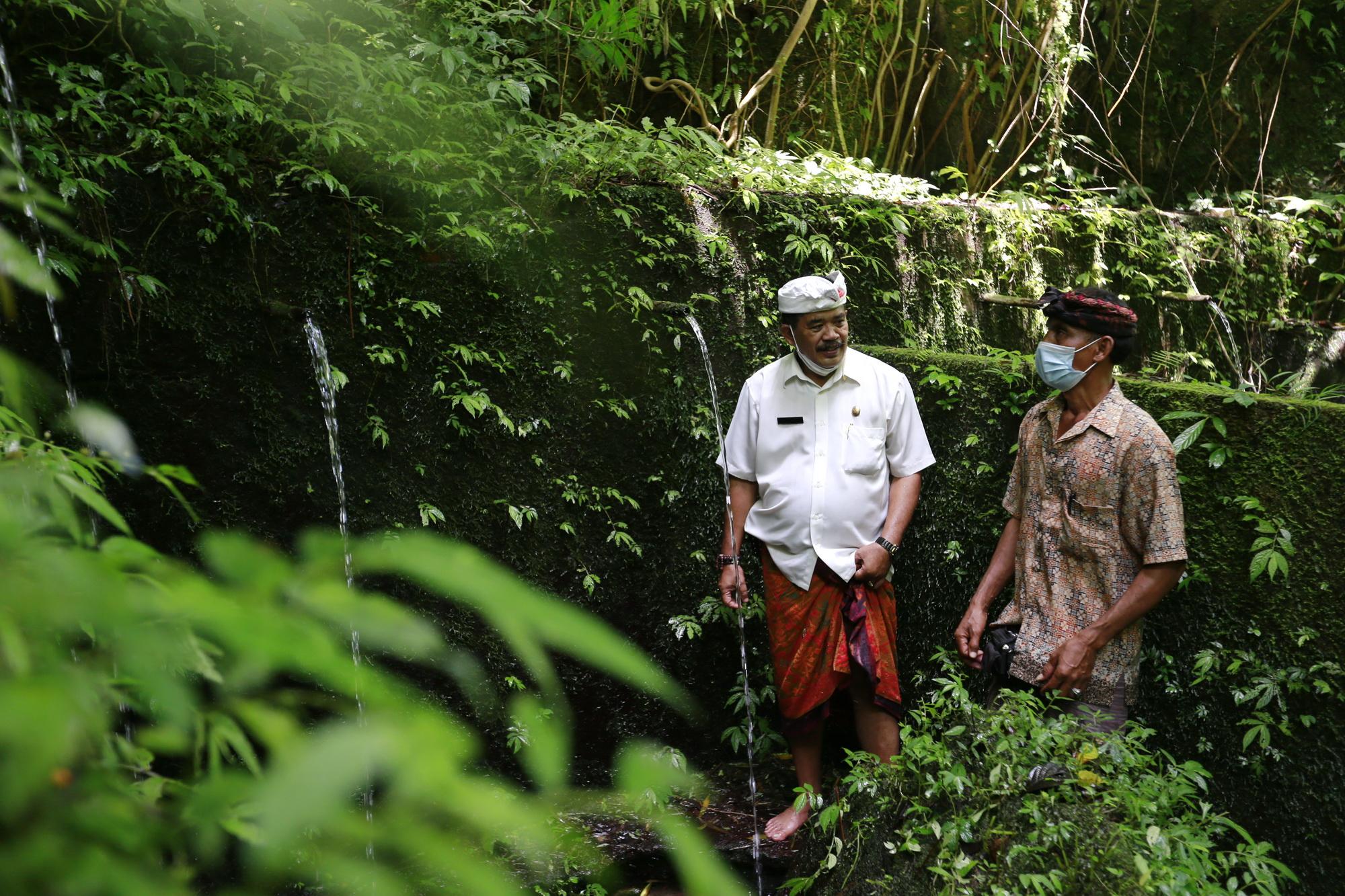 WABUP Kasta meninjau sumber mata air Pura Beji di bantaran Sungai Tukad Goa Gaja di Dusun Jungut, Desa Bungbungan, Kecamatan Banjarangkan, Senin (10/5/2021). Foto: ist