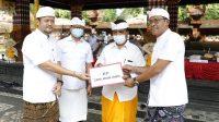 WABUP Suiasa menghadiri rangkaian Karya Ngenteg Linggih, Mapedudusan Alit di Pura Desa dan Pura Puseh, Desa Adat Ambengan, Ayunan, Abiansemal, Senin (3/5/2021). Pada kesempatan itu juga menyarankan dana kepada Desa Adat Ambengan. Foto: ist