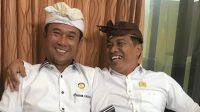 MUNTRA (kiri) bersama I Wayan Suyasa bersenda gurau usai deklarasi pencalonan paket Diatmika-Muntra untuk Pilkada Badung 2020 di DPD Partai Golkar Badung, 30 Juli 2020. Foto: hen