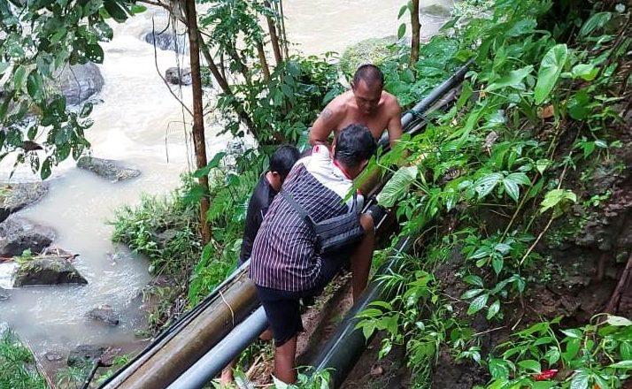 PETUGAS Perumda Air Minum TAB Tabanan, termasuk yang di lapangan, berupaya terus mengoptimalkan pelayanan kepada para pelanggan. Foto: ist