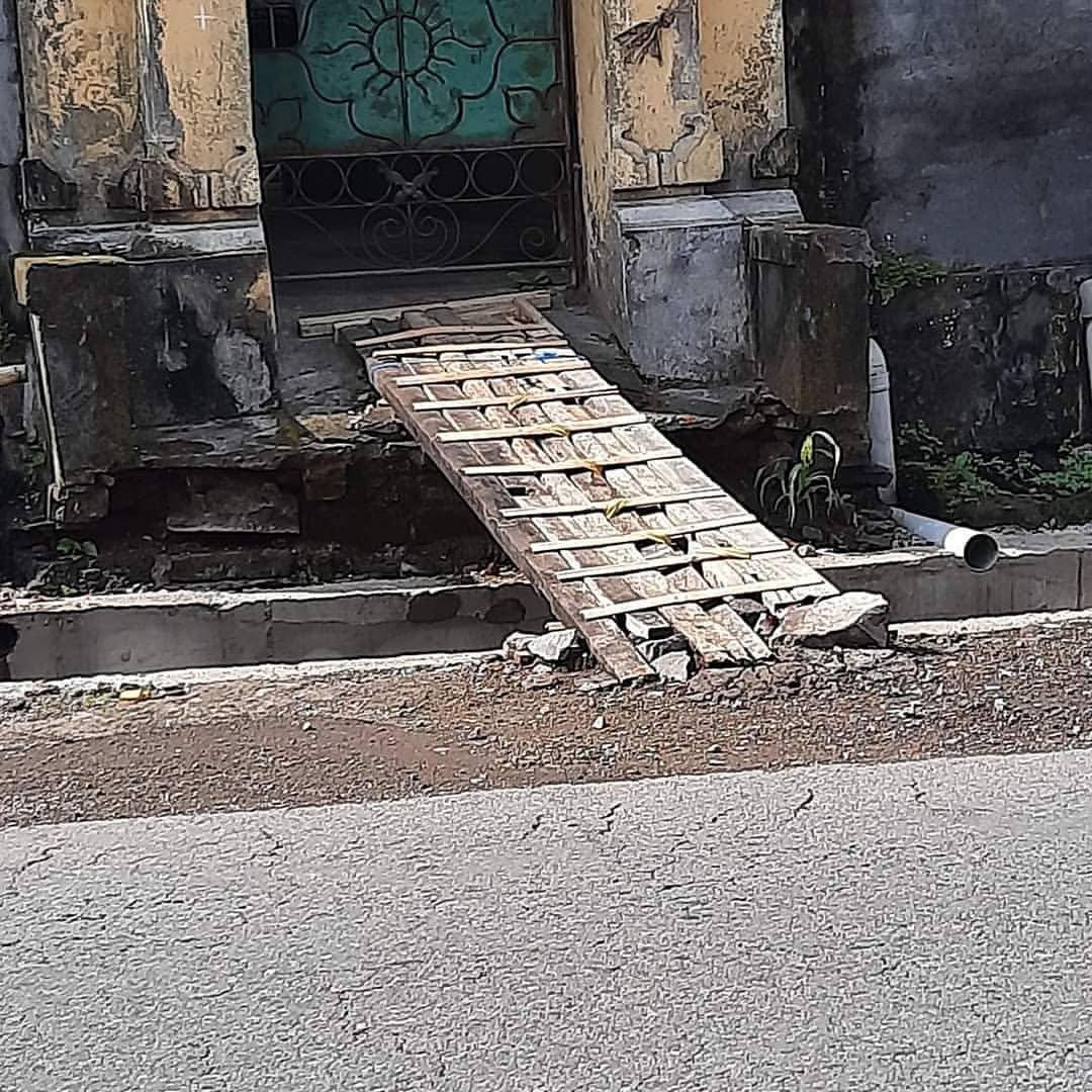 PROYEK pembangunan drainase di Desa Pesaban, Kecamatan Rendang dikeluhkan warga setempat, lantaran akses warga menuju rumah tidak ada perbaikan. Foto: nad