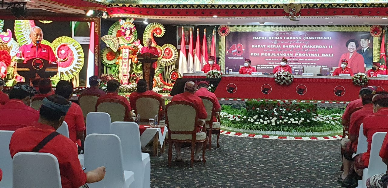 ARIF Wibowo saat memberi sambutan dan membuka Rakerda-Rakercabsus PDIP Bali di Hotel Grand Bali Beach Sanur, Minggu (20/6/2021). Dia menegaskan kader harus tunduk kebijakan partai, meski menolak jika hal itu dianggap sebagai ciri partai otoriter. Foto: hen