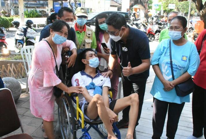 WAKIL Wali Kota Denpasar, Kadek Agus Arya Wibawa, menyapa salah satu peserta vaksinasi Covid-19 untuk penyandang disabilitas dan skizofrenia di Rumah Bisabilitas, Jalan Kamboja, Denpasar, Minggu (6/6/2021). Foto: ist