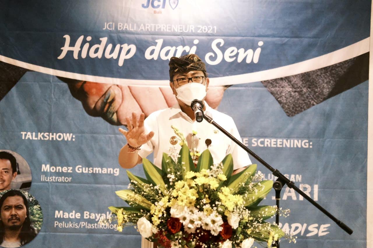 WAKIL Wali Kota Kadek Agus Arya Wibawa saat membuka kegiatan Artpreneur 2021, Kamis (3/6/2021) di DNA Denpasar. Foto: ist