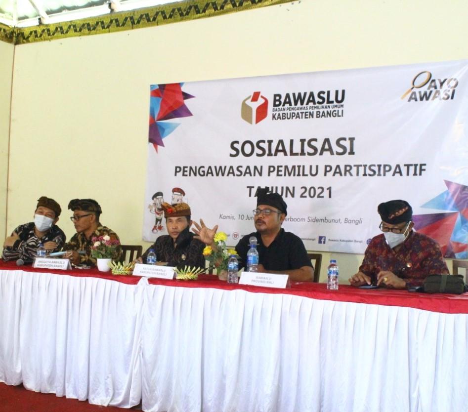 BAWASLU Bangli melangsungkan sosialisasi pengawasan partisipatif di Waterboom Sidembunut, Bangli, Kamis (10/6). Foto: gia