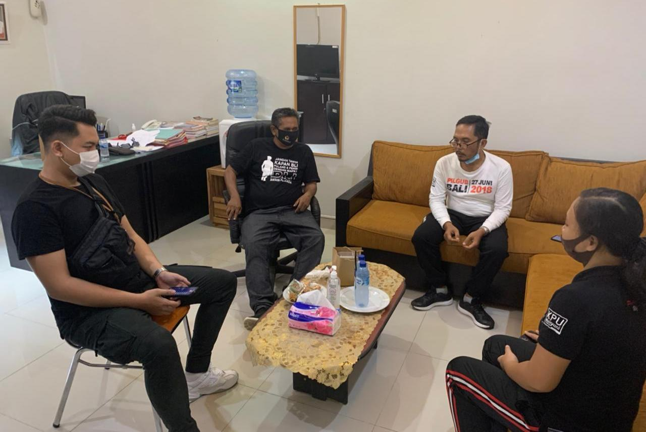 KUNJUNGAN anggota Bawaslu Tabanan, I Ketut Narta ke Kantor KPU Tabanan, diterima oleh Ketua KPU Tabanan, I Gede Putu Weda Subawa, Jumat (11/6/2021) petang. Foto: ist