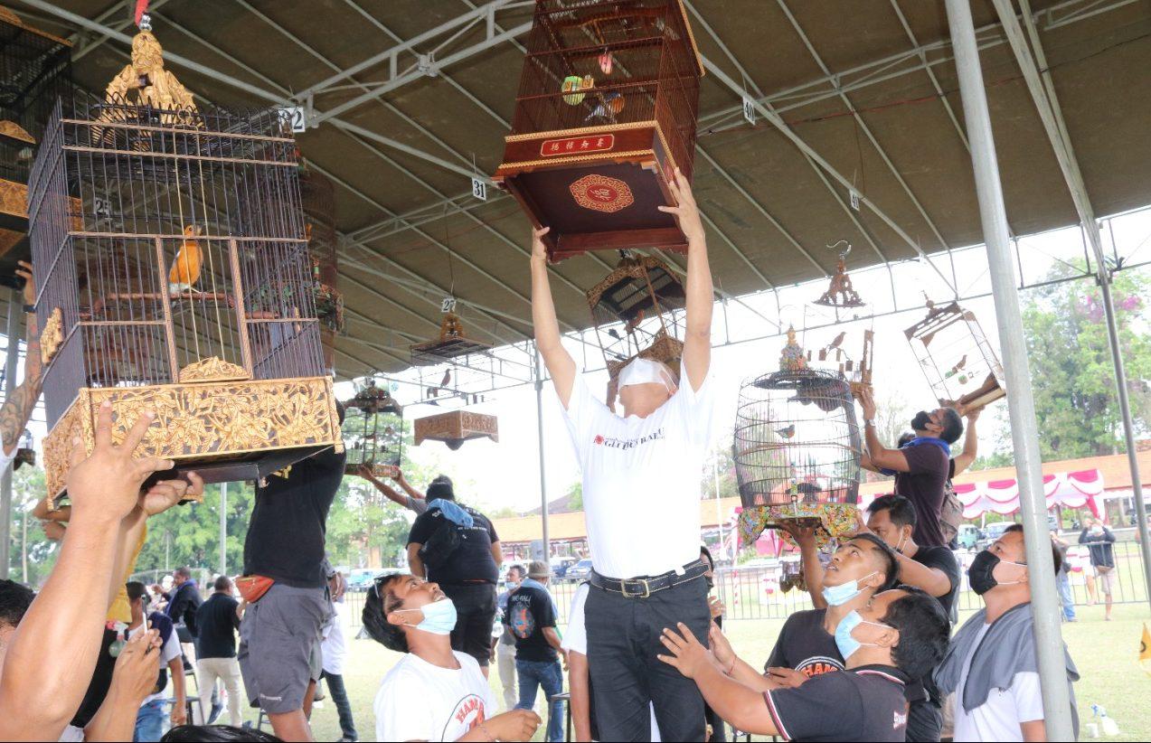 BUPATI Bangli, Sang Nyoman Sedana Arta, membuka lomba burung berkicau serangkaian peringatan Bulan Bung Karno Lapangan Kapten Mudita, Minggu (13/6/2021). Foto: ist