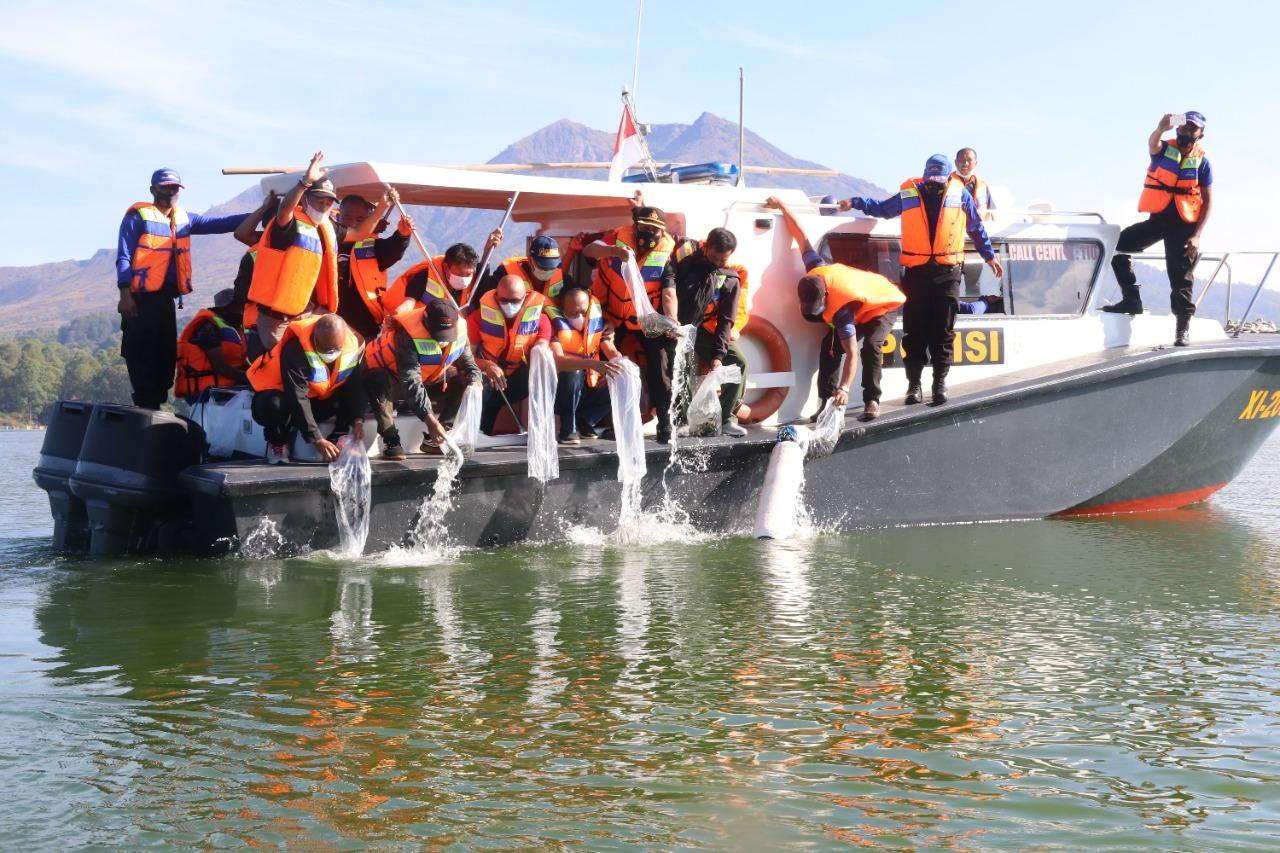 BUPATI Bangli, Sang Nyoman Sedana Arta, menebar 150 ribu benih ikan nila di Danau Batur yang dirangkaikan dengan Hari Lahir Pancasila dan Bulan Bung Karno, Sabtu (19/6/2021). Foto: ist
