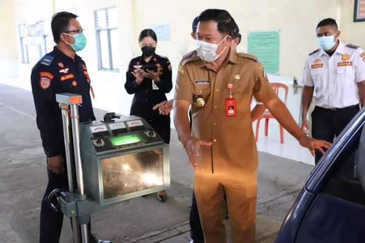 BUPATI Bangli, Sang Nyoman Sedana Arta, saat meluncurkan meluncurkan sistem pengujian kendaraan bermotor (ranmor) menggunakan Bukti Lulus Uji Elektronik (BLUE) Card, Senin (21/6/2021). Foto: ist