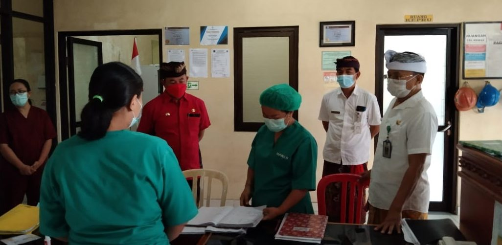 BUPATI Karangasem, I Gede Dana, melakukan sidak ke Rumah Sakit Umum Daerah (RSUD) Karangasem, Rabu (9/6/2021). Foto: ist
