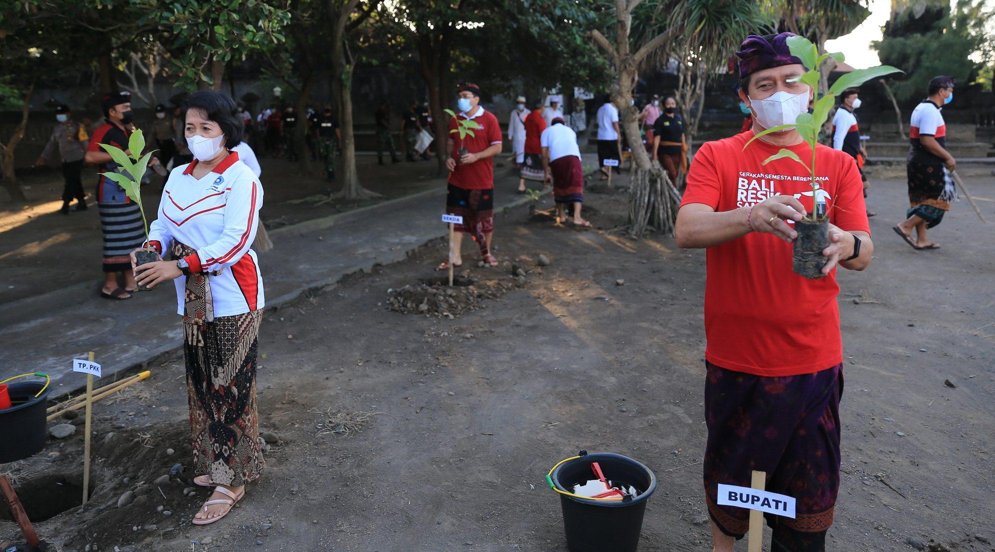 BUPATI Klungkung, I Nyoman Suwirta, menggelar aksi penanaman pohon dan Gema Tansaplas di sejumlah pantai di Klungkung, Senin (21/6/2021). Foto: ist