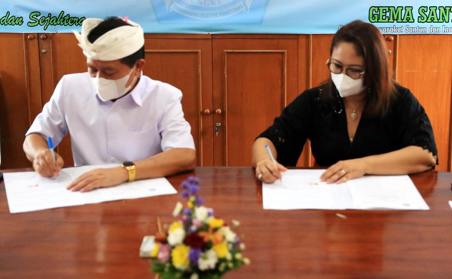 BUPATI Suwirta melakukan penandatanganan kesepakatan kerja sama antara PT ITDC NU di Ruang Rapat Lantor Bupati Klungkung, Rabu (9/6/2021). Foto: ist