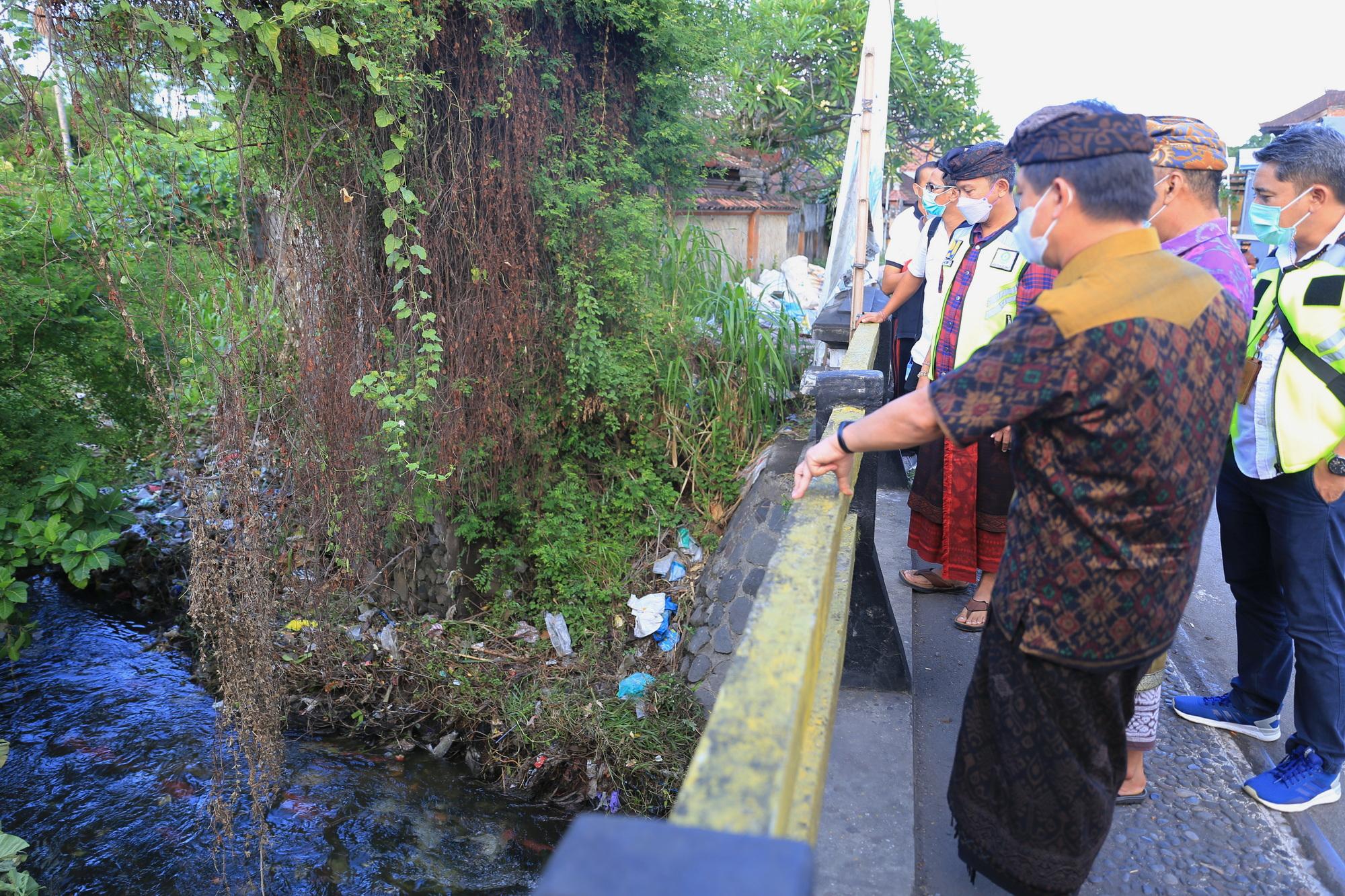 BUPATI Suwirta meninjau aliran muara Sungai Candigara di Banjar Pancingan, Desa Kusamba, Kamis (10/6/2021). Foto: ist