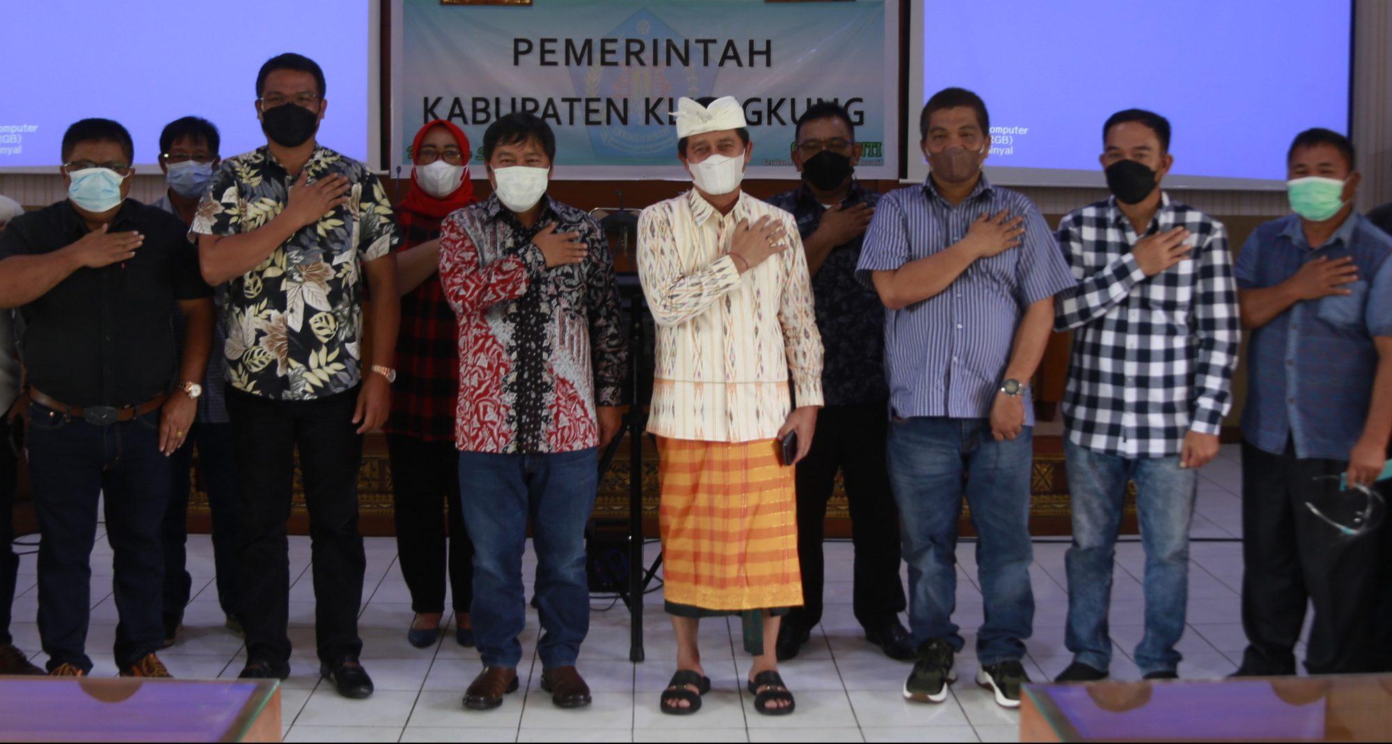 BUPATI Suwirta menerima kunjungan studi komparatif Bupati Kabupaten Minahasa Tenggara, Provinsi Sulawesi Utara, James Sumendap; di ruang rapat Praja Mandala kantor Bupati Klungkung, Kamis (24/6/2021). Foto: ist