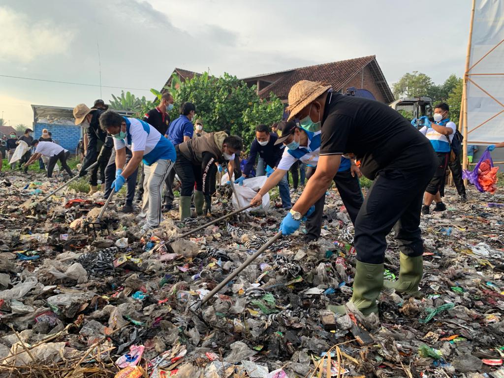 BUPATI Tamba dan Wabup Ipat bersama masyarakat bersihkan sampah sungai Loloan, Jumat (25/6/2021). Foto: ist