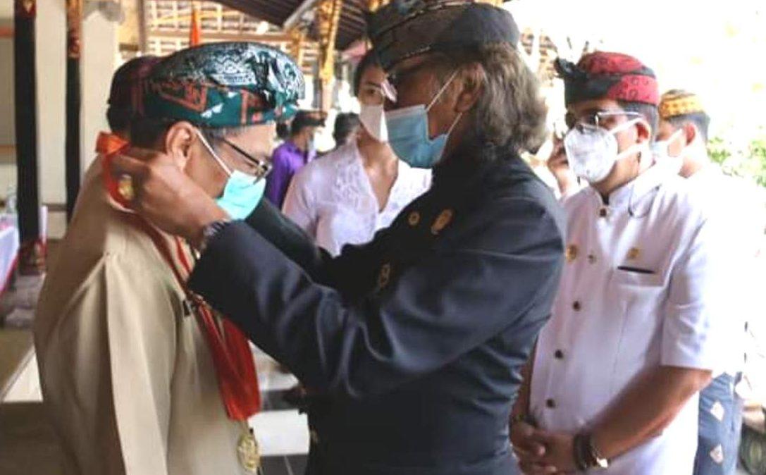 IDA Tjokorda Angluran Tabanan memberikan tanda kehormatan Adi Luhung Pramana Parta kepada beberapa pejabat BPK RI dan BPK Perwakilan Daerah Bali, di Puri Agung Tabanan, Minggu (13/6/2021). Foto: ist