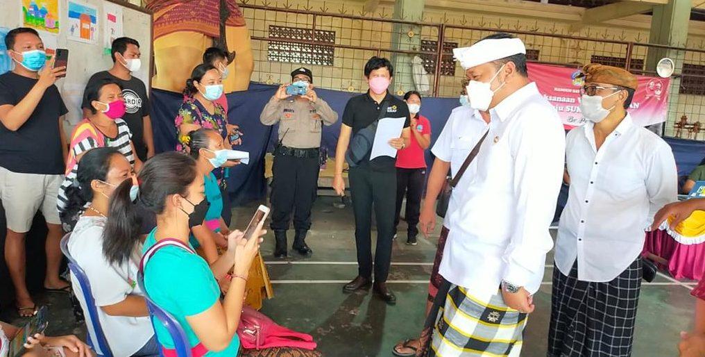 BUPATI Gianyar, Made Mahayastra, saat meninjau vaksinasi Covid-19 yang berbasis banjar, Senin (7/6/2021). Foto: ist