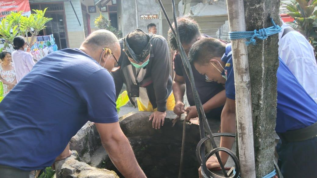 POS Pemadam Kebakaran (Damkar) Kabupaten Karangasem, Kamis (3/6/2021) pagi menerima panggilan untuk mengevakuasi seekor kucing yang kecemplung ke sumur warga di Banjar Kutuh, Desa Jasri Kelod, Karangasem. Foto: ist