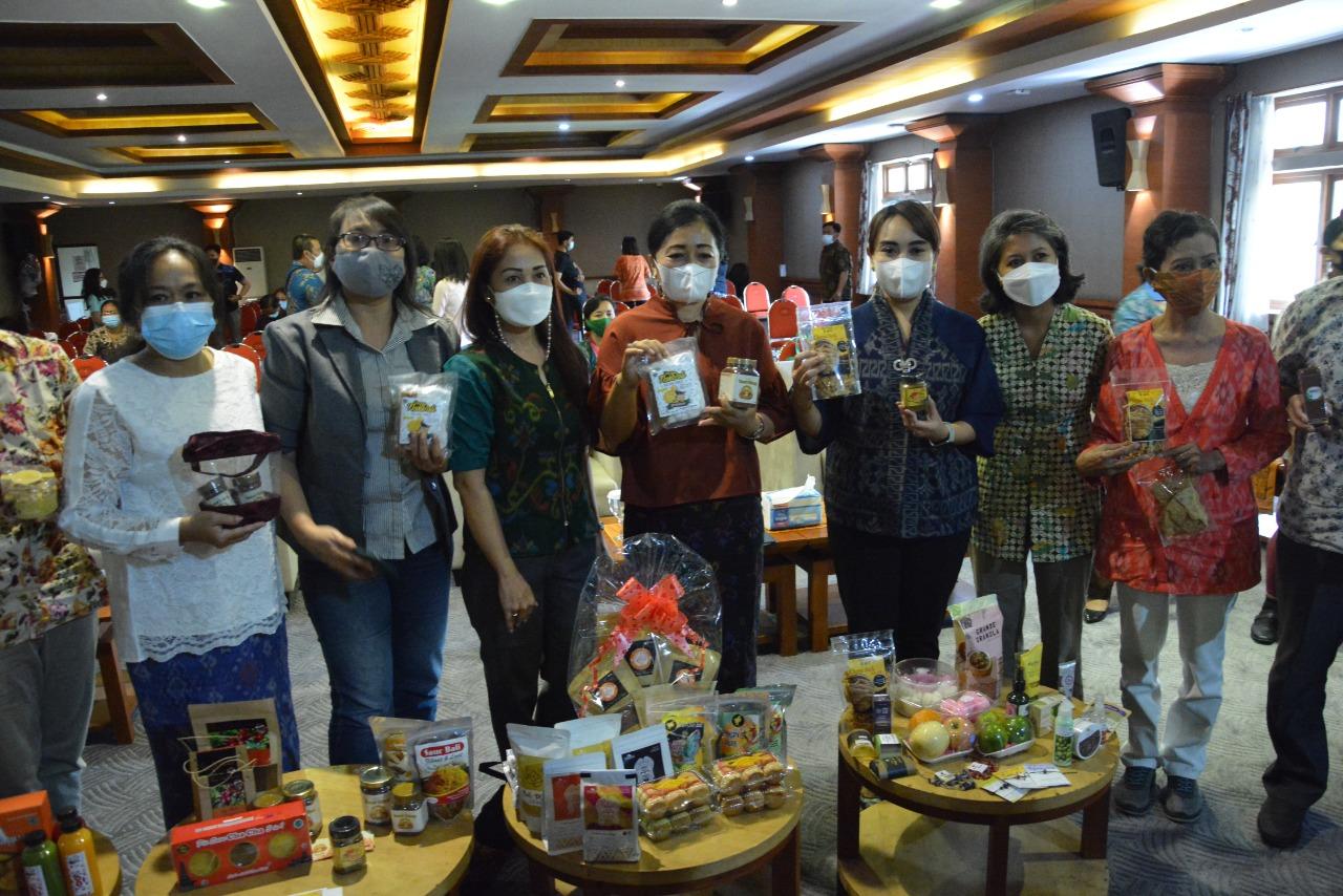 DEKRANASDA Denpasar bersama para pelaku IKM/UKM Kota Denpasar menunjukkan beberapa produk lokal di sela-sela pelaksanaan pelatihan manajemen retail, Selasa (8/6/2021), di Graha Sewaka Dharma, Lumintang. Foto: ist