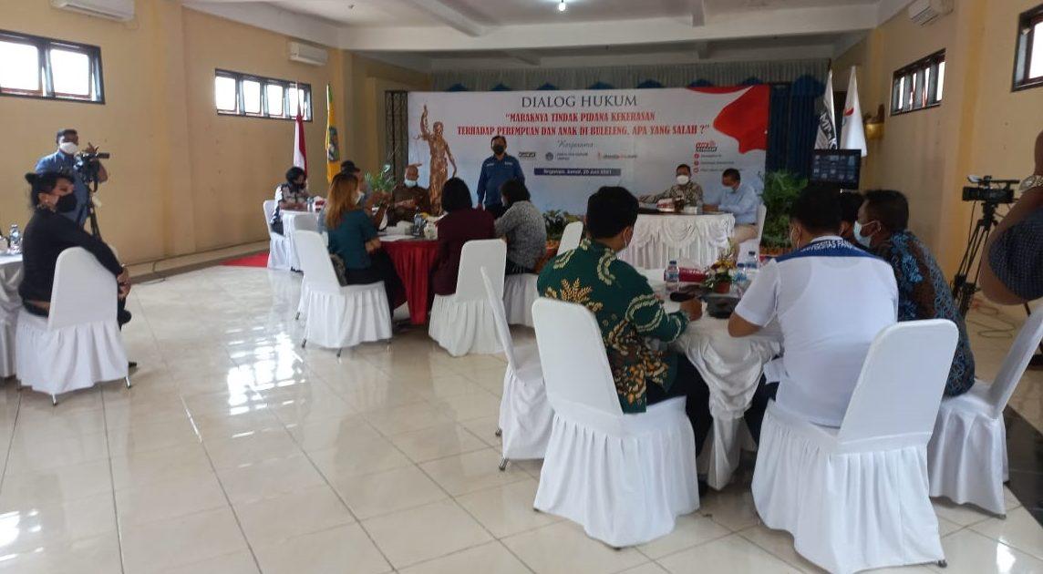DIALOG hukum membahas atas maraknya kasus kekerasan dan persetubuhan anak di bawah umur di Buleleng melibatkan praktisi dan akademi hukum, Jumat (25/6). Foto: rik
