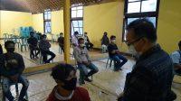 KEPALA Disnakertans Provinsi NTB, I Gede Putu Aryadi, saat melepas puluhan warga NTB yang bekerja di tahap pertama di perusahaan kelapa sawit di Kalteng. Foto: rul