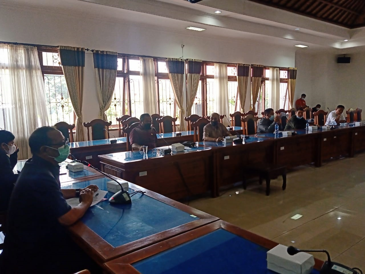 PERTEMUAN digelar DPRD Buleleng melibatkan pihak terkait, membahas keluhan pemilik toko di areal Pasar Banyuasri yang keberatan atas naiknya tarif sewa harian dan bulan toko. Foto: rik