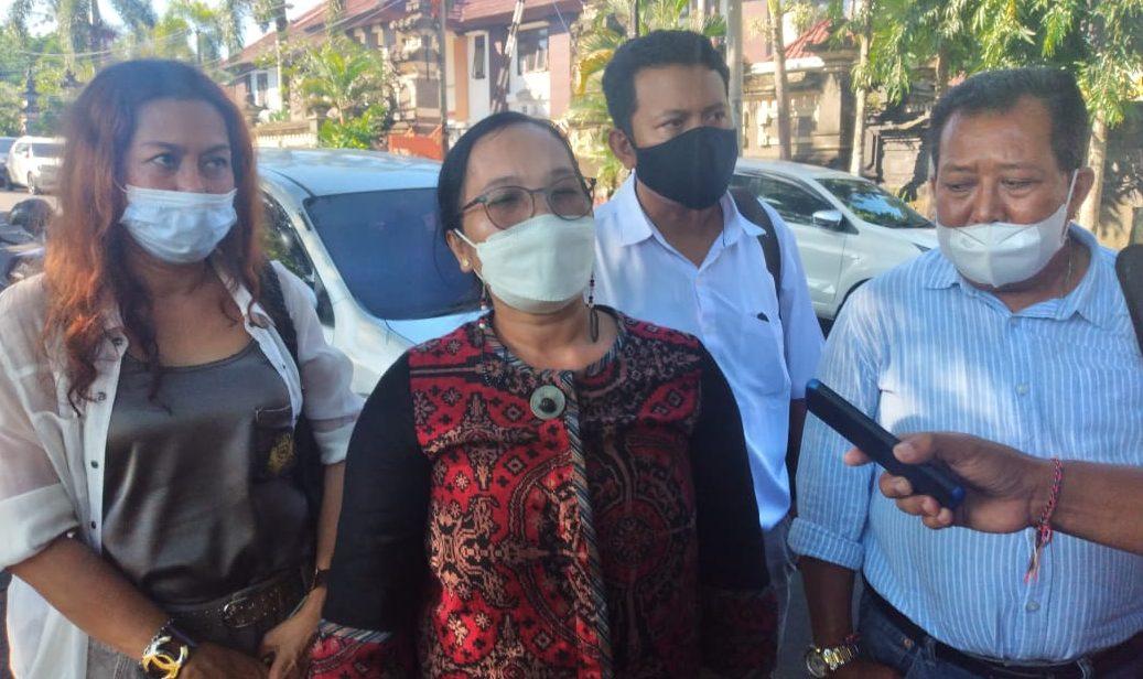 KETUA Bakumham DPD Partai Golkar Bali, Dewa Ayu Putu Sri Wigunawati (kedua dari kiri) saat diwawancarai wartawan. Foto: nad