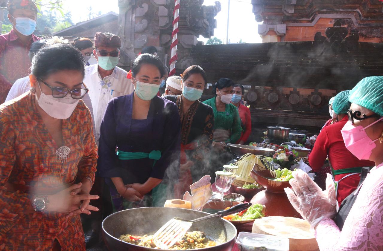 KETUA Forikan Provinsi Bali yang juga Ketua TP PKK Provinsi Bali, Putri Suastini Koster, saat menghadiri kegiatan Gerakan Memasyarakatkan Makan Ikan (Gemarikan) di Kelurahan Cempaga, Bangli, Jumat (11/6/2021). Foto: ist
