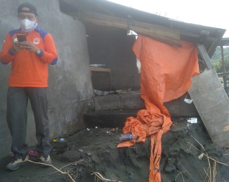 GELOMBANG pasang di pesisir Karangasem membuat tiga rumah nelayan rusak, Kamis (24/6/2021). Foto: ist