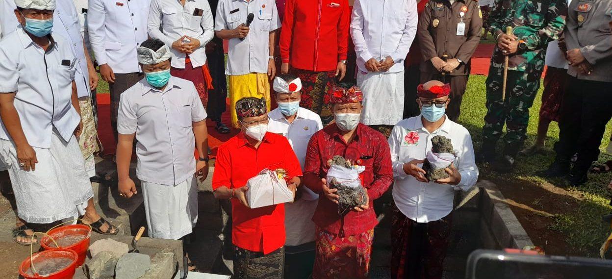 GUBERNUR Bali, Wayan Koster; didampingi Bupati Bangli, Sang Nyoman Sedana Arta; dan Wakil Bupati I Wayan Diar, melakukan peletakan batu pertama pembangunan alun-alun Kota Bangli, Kamis (24/6/2021). Foto: ist
