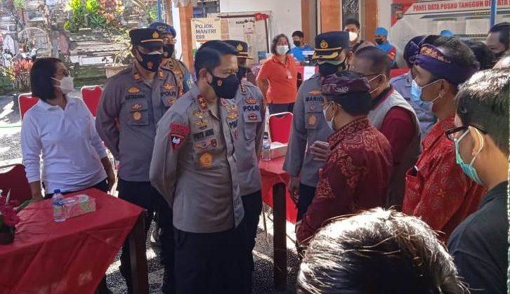 KAPOLDA Bali Irjen Pol. Putu Jayan Danu Putra melaksanakan kunjungan kerja dan peninjauan vaksinasi massal di Kabupaten Tabanan, Jumat (4/6/2021). Foto: ist