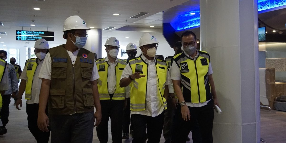 KEPALA KSP Moeldoko; didampingi Gubernur Zulkieflimansyah saat meninjau progres pembangunan proyek di Bandara Internasional Zainuddin Abdul Madjid, Senin (7/6/2021). Foto: ist