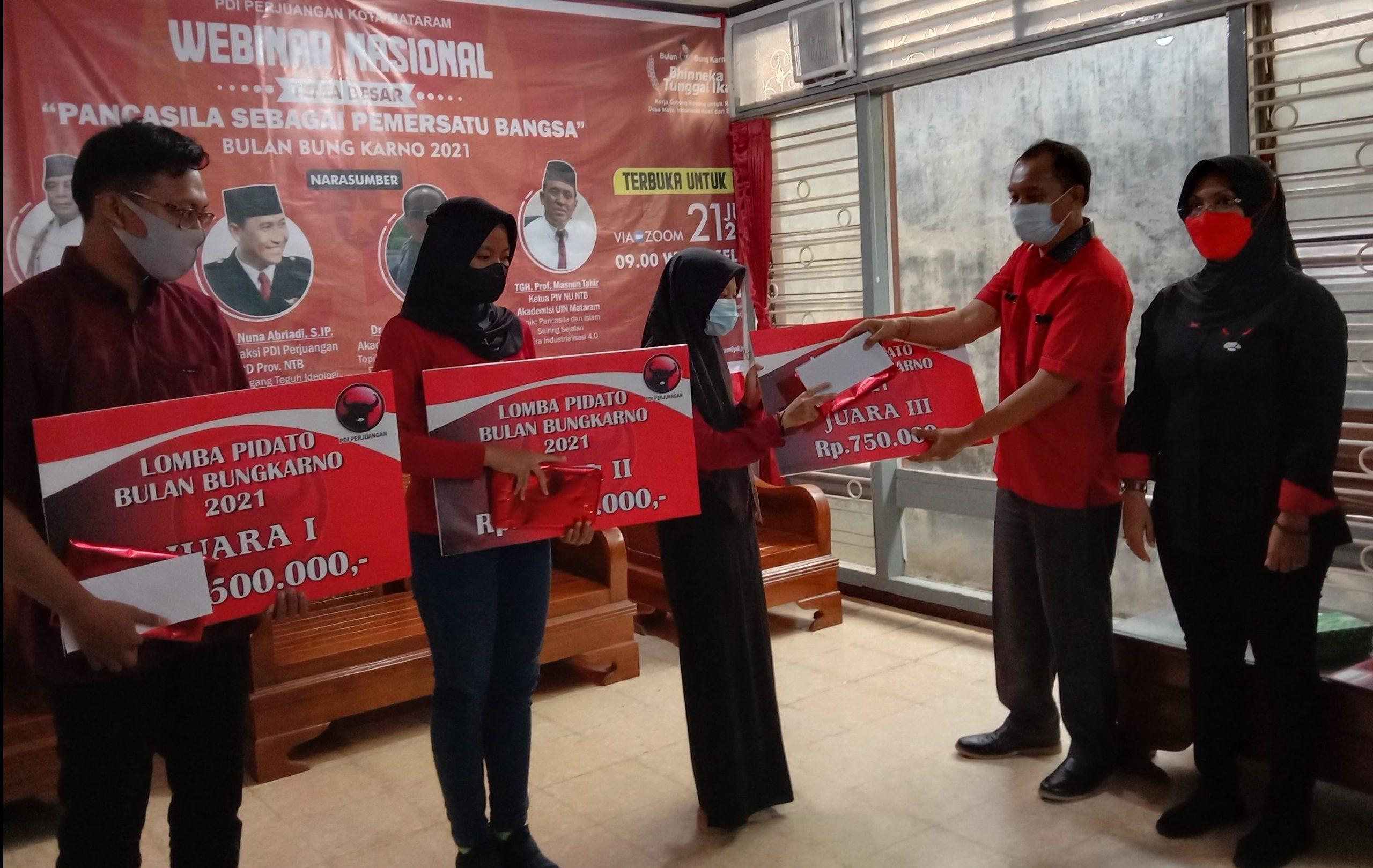 KETUA DPC PDIP Kota Mataram, Made Slamet, didampingi Sekretaris Nyayu Ernawati saat menyerahkan juara lomba pidato mirip Bung Karno kepada tiga pelajar dan mahasiswa di Kota Mataram, Senin (21/6/2021). Foto: rul