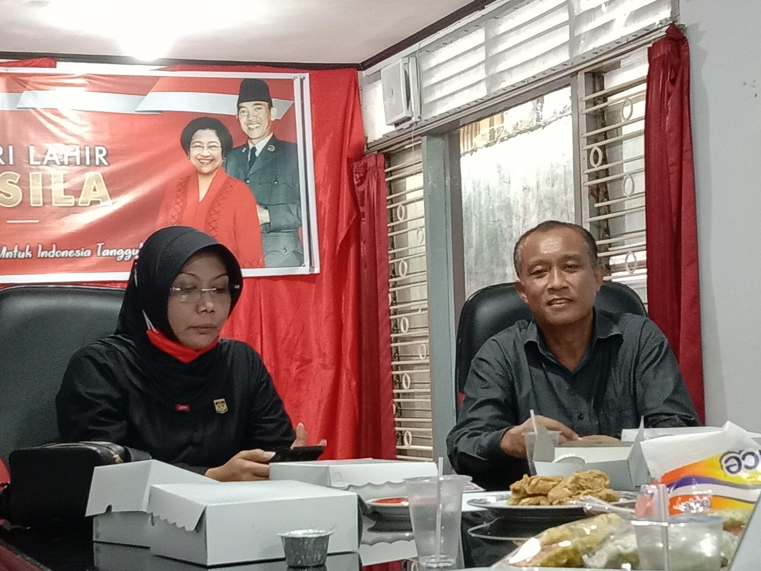 KETUA DPC PDIP Kota Mataram, Made Slamet; bersama Sekretaris DPC Nyayu Ernawati saat memberi keterangan kepada media, Senin (14/6/2021). Foto: rul