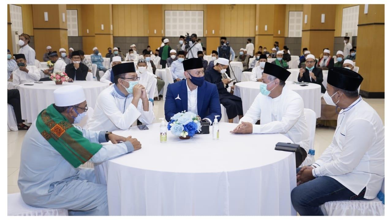 KETUA DPP Partai Demokrat, Agus Harimurti Yudhoyono (tengah), saat bersilaturahmi dengan Gubernur Zulkieflimansyah dan para tokoh masyarakat di Provinsi NTB, beberapa waktu lalu. Foto: rul