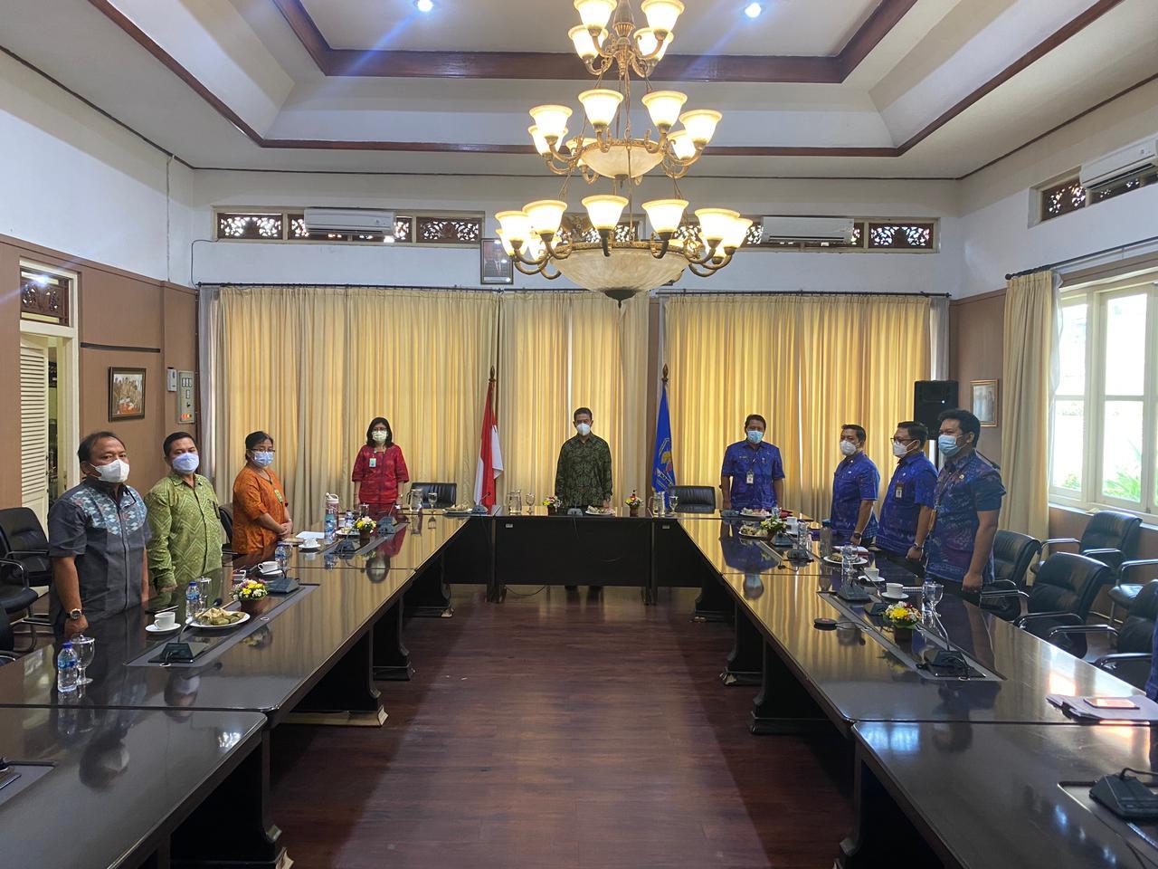 KETUA DPRD Buleleng, Gede Supriatna, saat menghadiri penganugrahan secara daring, di Lobi Asttiti Wisma Kantor Bupati Buleleng. Foto: ist