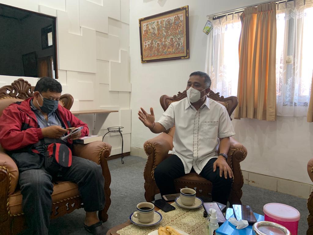 KETUA KPU Bali, I Dewa Agung Gede Lidartawan, menjelaskan usulan lembaganya untuk merevisi tanggal Pemilu 2024 karena bertepatan dengan Hari Raya Galungan, Senin (7/6/2021). Foto: hen