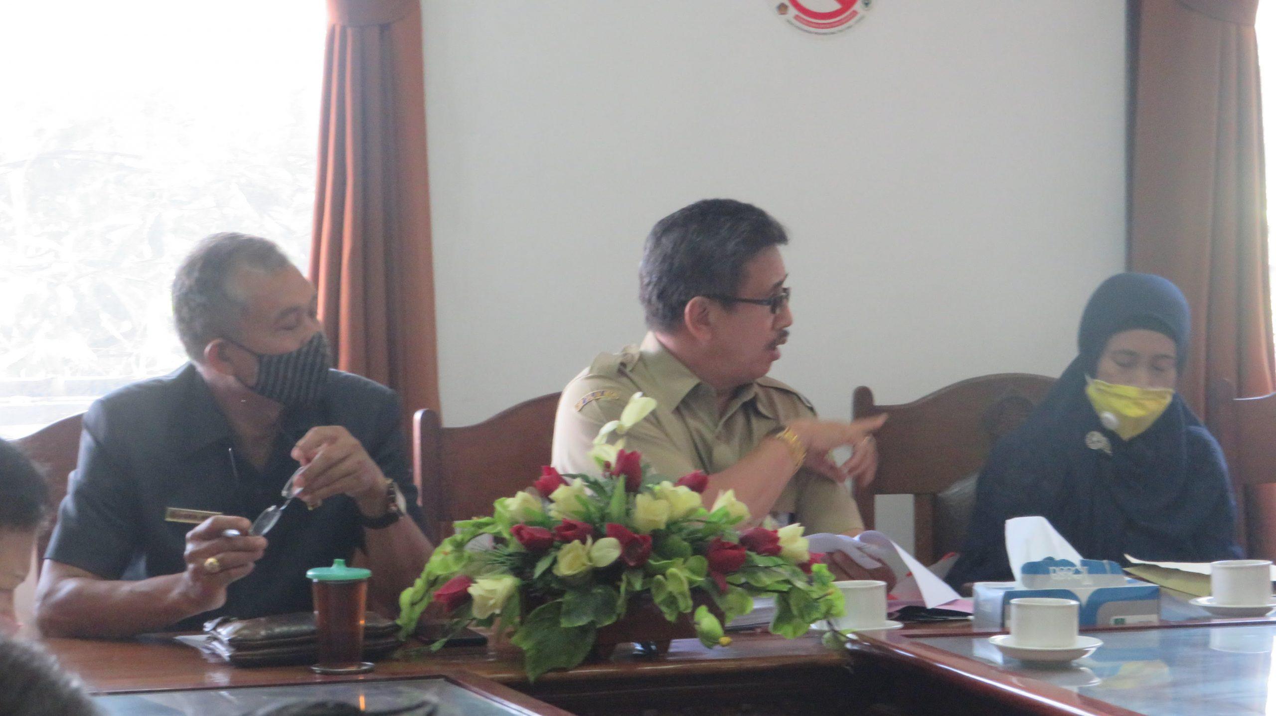 ANGGOTA DPRD Gianyar, Kadek Wardana; didampingi Plt. Kadis Koperasi Dewa Alit Mudarta dan perwakilan nasabah Koperasi GASB. Foto: adi