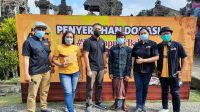 PERWAKILAN dari PT Santos Jaya Abadi dan Radio Gema Merdeka Denpasar foto bersama usai memberi donasi kepada pengelola Desa Wisata Penglipuran. Foto: ist