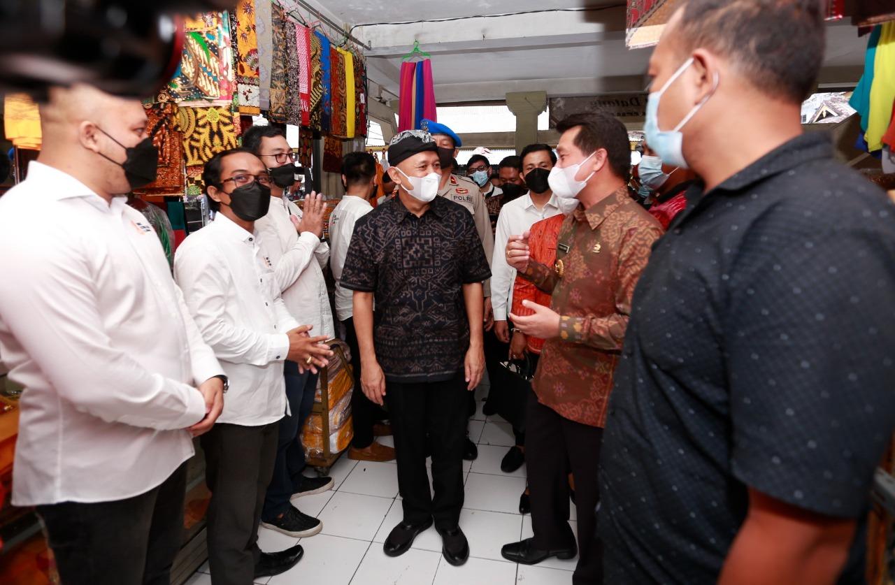 MENTERI Teten Masduki meninjau Pasar Seni Semarapura, Selasa (8/6/2021). Foto: ist